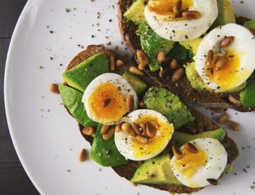Eet je beter eiwitten voor of na sporten?